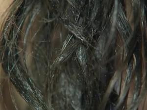 Jovem diz que óleo diesel ainda permanece no cabelo (Foto: Reprodução/TV TEM)