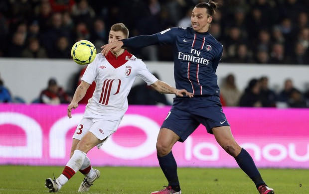Lucas Digne do Lille e Ibrahimovic do PSG (Foto: AFP)