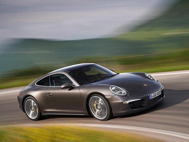 Porsche 911 Carrera 4 tem rodas traseiras maiores (Foto: Divulgação)