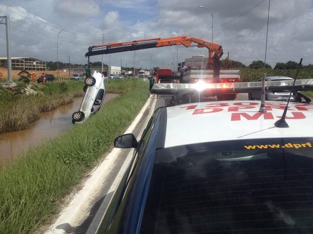 Carro foi retirado do canal por uma equipe da PRF (Foto: Walter Paparazzo/G1)