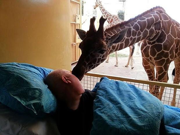 A foto de Mario com a girafa ficou famosa no mundo todo   (Foto: Stichting Ambulance Wens)