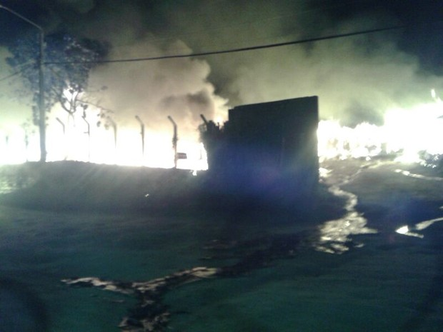 Incêndio atinge estabelecimento em Caruaru (Foto: Elane Andreza/ TV Asa Branca)