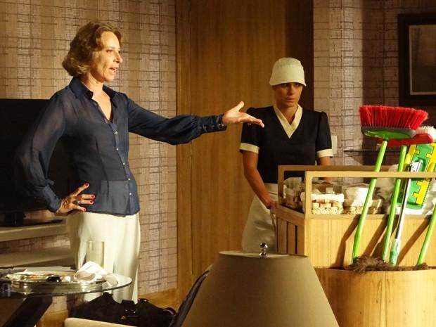 Hóspede de hotel pede para Jéssica arrumar seu quarto  (Foto: Salve Jorge/ TV Globo)