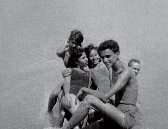 Caetano Veloso na infância. A família católica não deixou a irmã Maria Bethânia estrear no teatro como uma prostituta (Foto: Maria Izabel/Acervo pessoal)