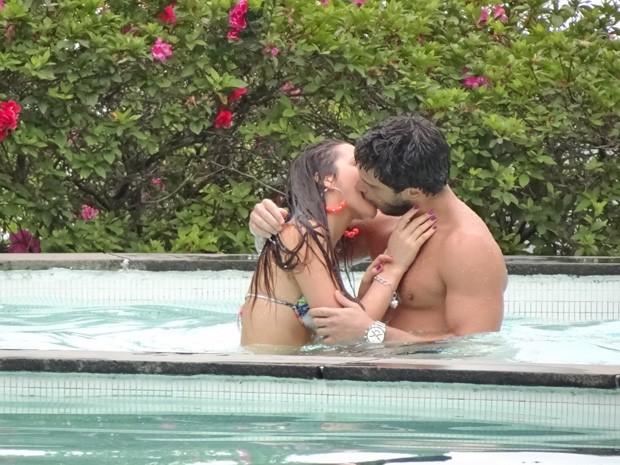 Namorados dão beijo molhado na piscina  (Foto: Salve Jorge/ TV Globo)