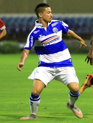 Cleyton disputa a bola com jogador do Santa Rita (Foto: Ailton Cruz / Gazeta de Alagoas)