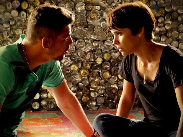 Nina ouve Jorginho, mas diz que não dá para esquecer suas palavras (Foto: Avenida Brasil/TV Globo)