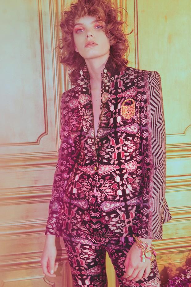 Blazer de crepe de seda estampado e bordado com cadeado da coleção de prêt-à-porter. (Foto: Emmanuel Giraud)