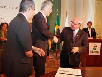 Prefeito José Fortunati e o proponente da lei, vereador Professor Garcia (Foto: Cristine Rochol/PMPA)