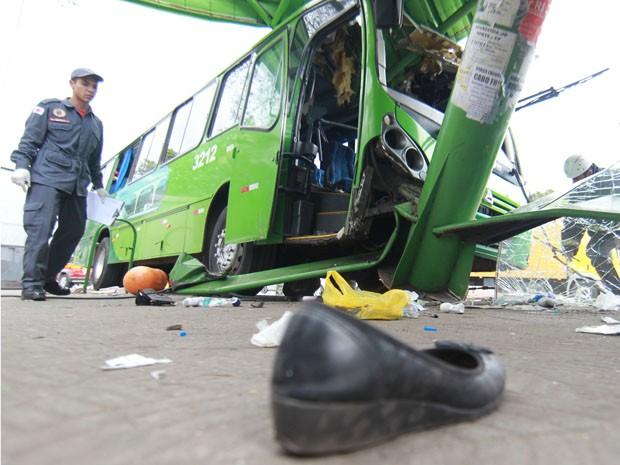 Coletivo invadiu ponto de ônibus em Contagem.  (Foto: Alex de Jesus/ O Tempo/ Estadão Conteúdo)