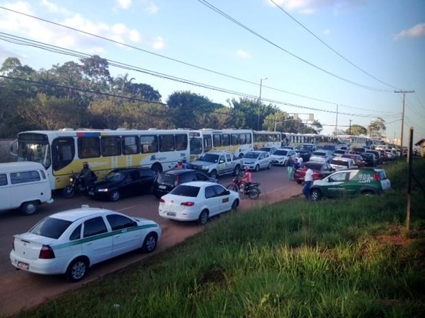 Motoristas seguem em cortejo para entrerro de motorista (Foto: Yuri Marcel/G1)