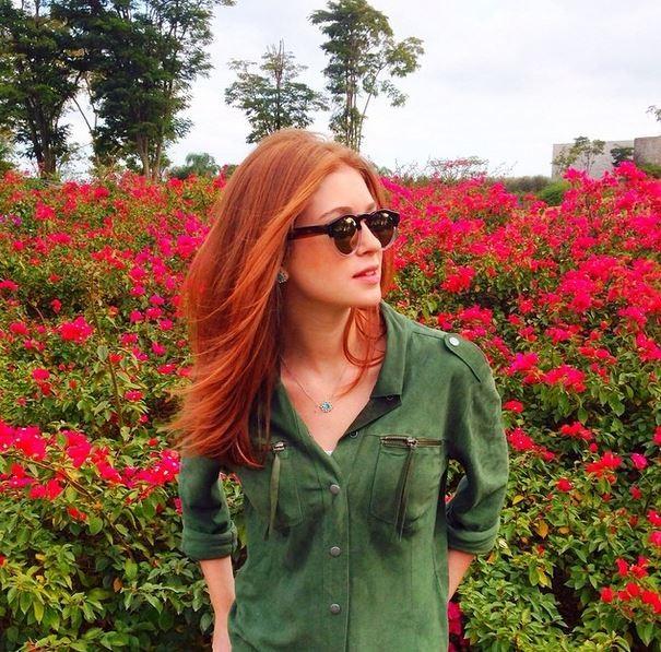 Marina Ruy Barbosa posa em campo e recebe elogios de seguidores