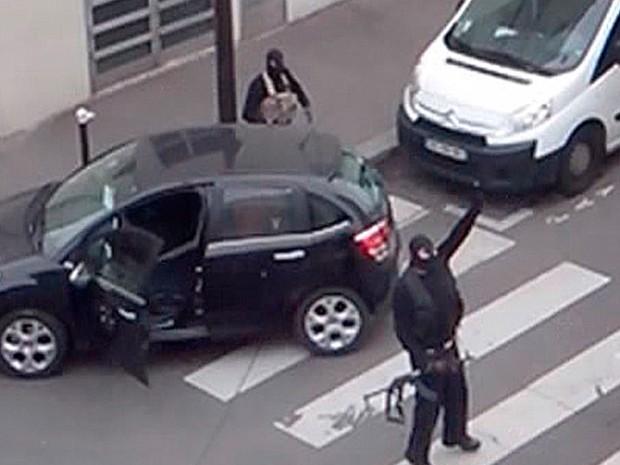 Vídeo divulgado nesta terça-feira (13) mostra os irmãos Kouachi após o ataque à sede da revista 'Charlie Hebdo' na quarta-feira (7) em Paris, na França (Foto: Reuters TV/Reuters)