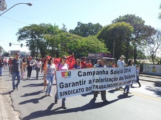 Grevistas da Unicamp fecham avenida no distrito de Barão Geraldo, em Campinas (Foto: Fernanda de Freitas / Divulgação STU)