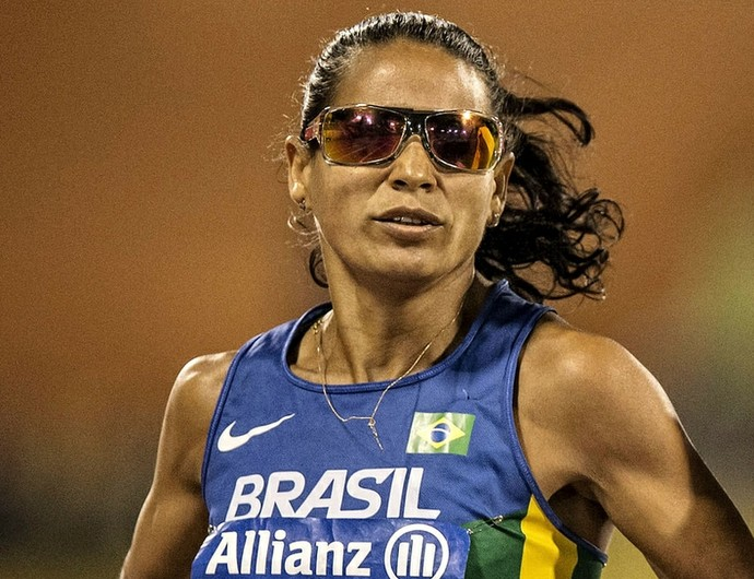 Renata Bazone cruzou a linmha de chegada dos 800m em segundo lugar, mas, após punição de rival, conquistou o ouro no Mundial  (Foto: Marcio Rodrigues/MPIX/CPB)