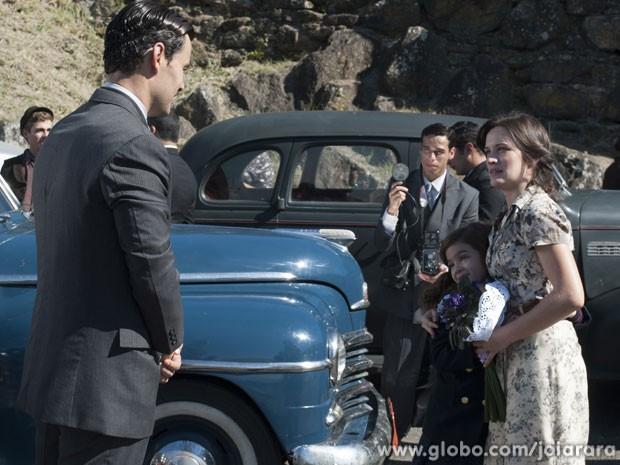 Manfred explica a Amélia que Franz não pode buscar a ex-mulher na saída da prisão (Foto: Joia Rara / Tv Globo)