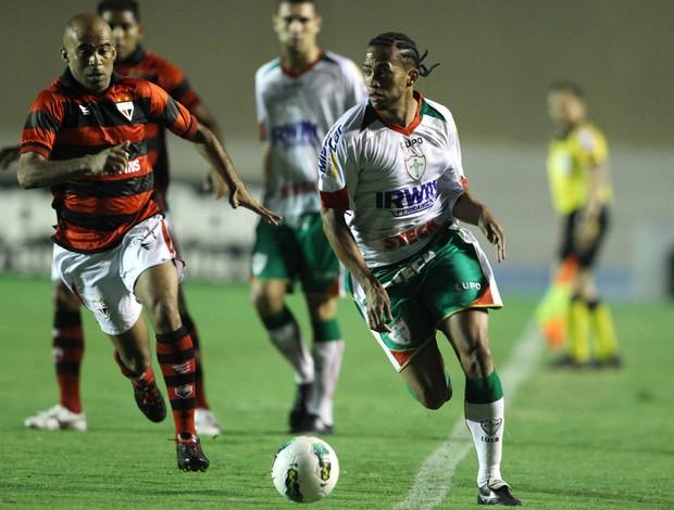 Eron Atlético-GO e Luis Ricardo da Portuguesa (Foto: Adalberto Marques / Ag. Estado)