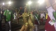Paloma Bernardi saúda o público como rainha de bateria da Grande Rio