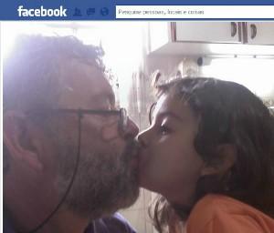 Criança acompanhava os pais no ônibus (Foto: Reprodução/Facebook)