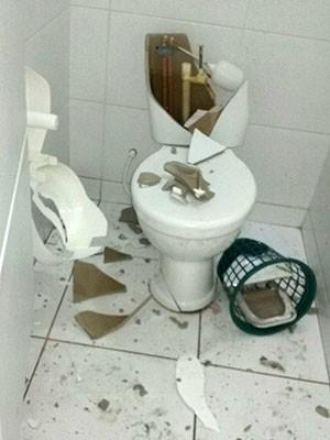 Até os banheiros do Clube Acampar foram destruídos (Foto: Cedida)