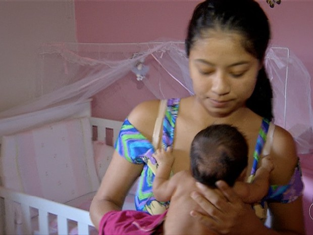 Jovem cuida de bebê (Foto: Reprodução/TV Anhanguera)