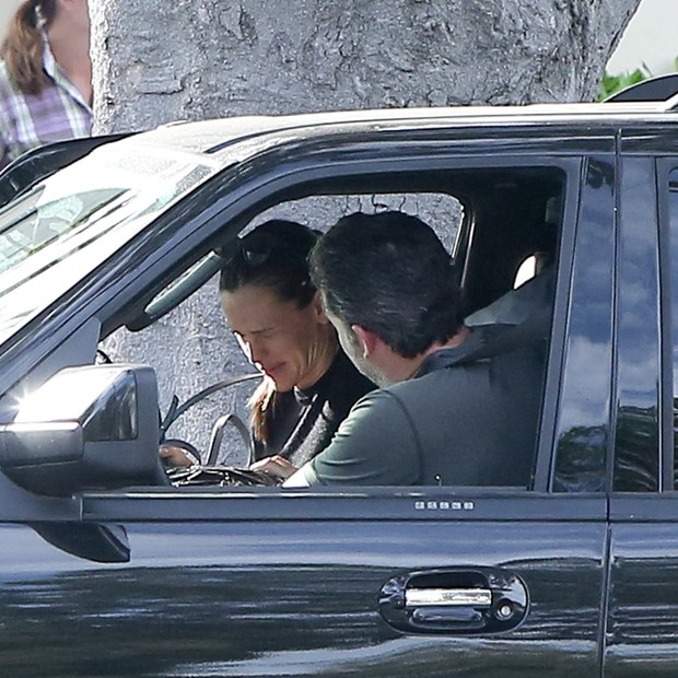 Jennifer Garner chora ao lado de Ben Affleck (Foto: AKM-GSI)