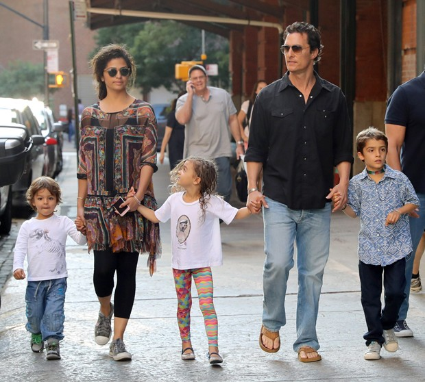 Camila e Matthew Mcconaughey com os filhos (Foto: The Grosby Group)