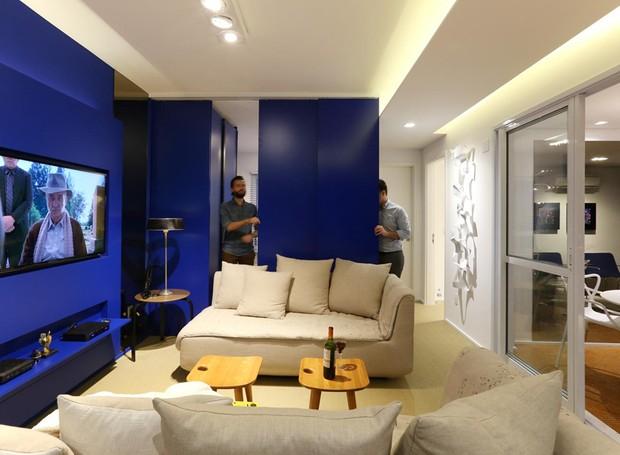 O home office transforma-se em quarto de hóspedes ao deslizar os painéis de madeira (Foto: Mariana Orsi/Divulgação)
