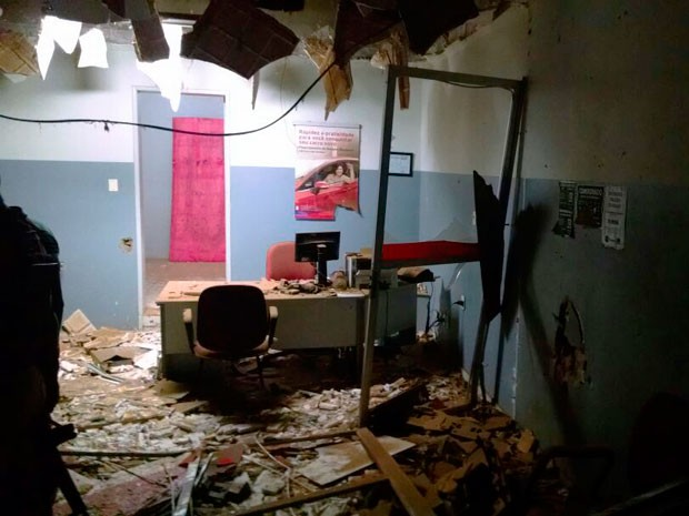 Criminosos explodiram posto de atendimento do Bradesco em Itaguaçu (Foto: Polícia Militar)