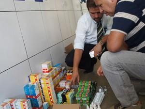 Polícia Civil e Vigilância Sanitária fizeram a apreensão dos remédios em Itapetinga, no sudoeste da Bahia (Foto: Eudo Mendes/Itapetinga Repórter)