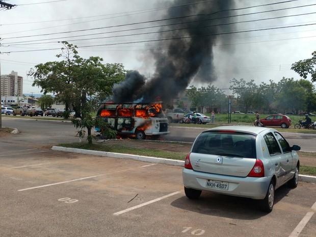 Segundo bombeiros, fogo pode ter começado no motor do veículo (Foto: Abrão Hanna)