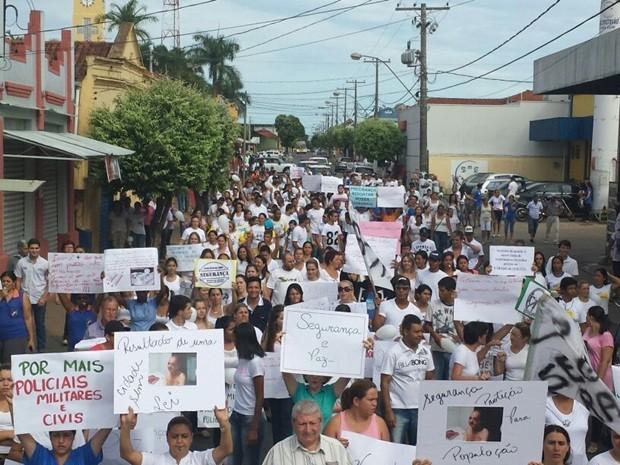 População com roupas brancas fizeram passeata pelas ruas da cidade (Foto: Moacir Pires/TV TEM)