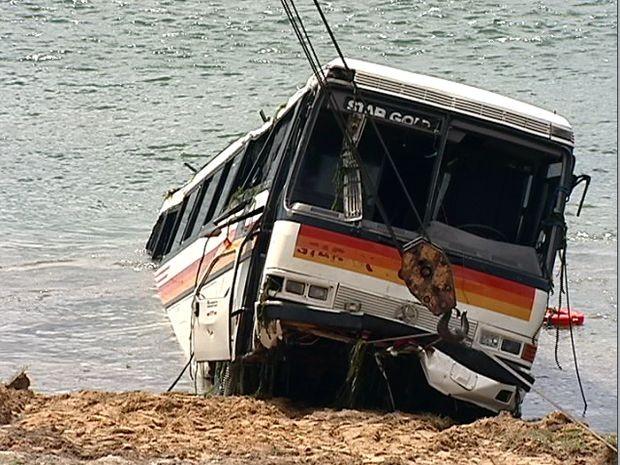 Ônibus que caiu no rio São Francisco é retirado pelo Corpo de Bombeiros 44h após o acidente que matou três pessoas em Propriá (Foto: Reprodução/TV Sergipe)