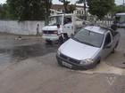 Carro fica preso em buraco aberto pela Sabesp em São Vicente, SP
