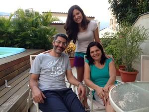 A estudante Paula Freire, nota mil no Enem, e sua família (Foto: Kathia Mello/G1)