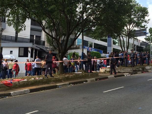 PM faz segurança dos manifestantes em frente a prédio onde Lula mora (Foto: Vivian Reis / G1)