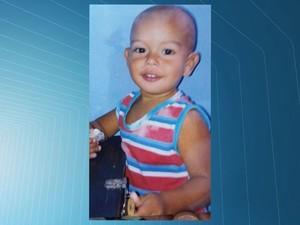 Menino morreu após tomar remédios encontrados em lixão (Foto: Reprodução/ TV Gazeta)