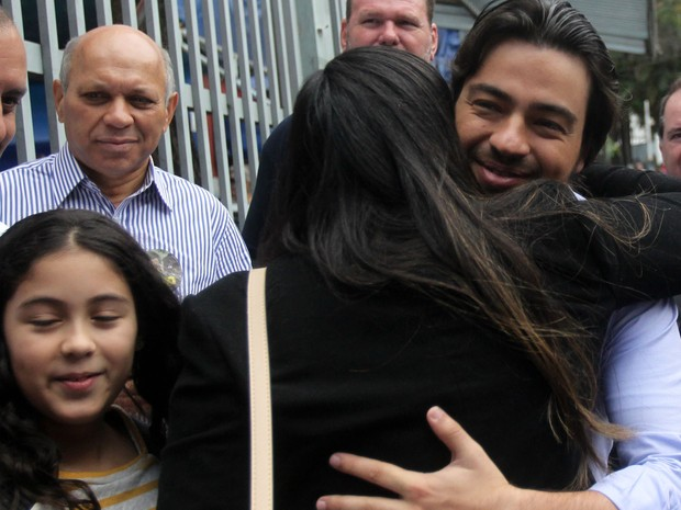 Guti (PSB) é abraçado por eleitores neste domingo em Guarulhos (Foto: Werther Santana/Estadão Conteúdo)