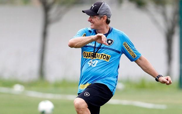 Oswaldo de Oliveira no treino do Botafigo (Foto: Jorge William / Ag. O Globo)