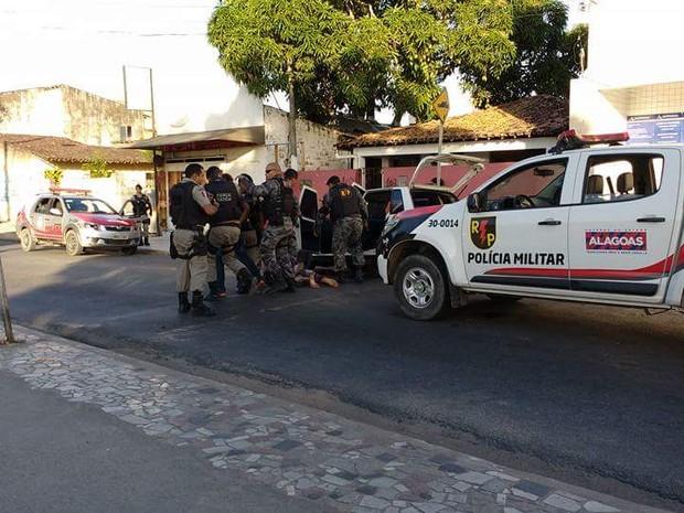 Policiais conseguiram prender 3 suspeitos de cometer assaltos na parte alta de Maceió (Foto: Arquivo Pessoal / Cleverton Amorim)