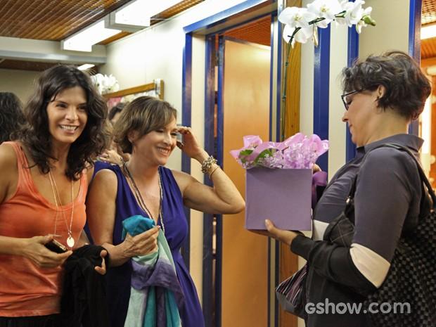 Natália do Vale recebe flores das amigas (Foto: Carol Caminha/ TV Globo)