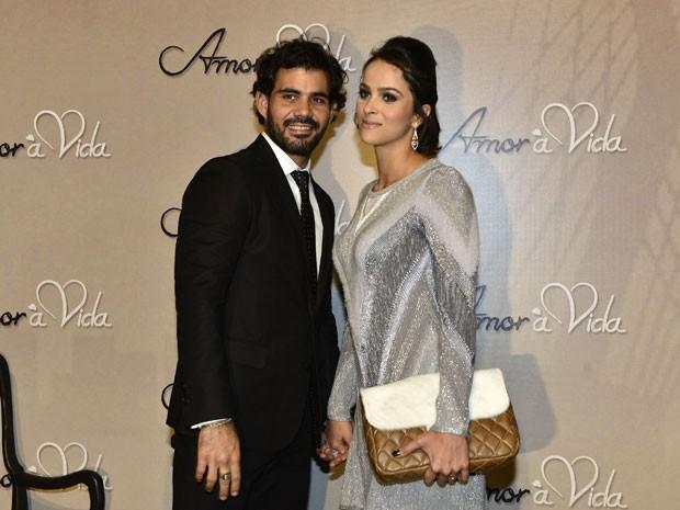 Juliano Cazarré e a esposa, na festa de lançamento da novela (Foto: Crédito: Globo / Rogério Lorenzoni)