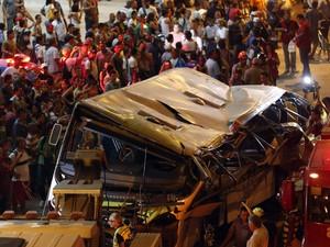 Ônibus caiu de um viaduto deixando 7 mortos e 11 feridos no Rio de Janeiro. (Foto: Sergio Moraes/Reuters)