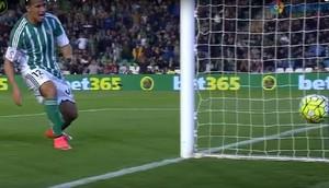 Leandro Damião perde gol feito no jogo do Betis (Foto: Reprodução de vídeo)
