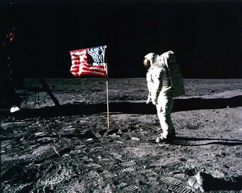 Buzz Aldrin saúda a bandeira dos EUA (Foto: NASA)