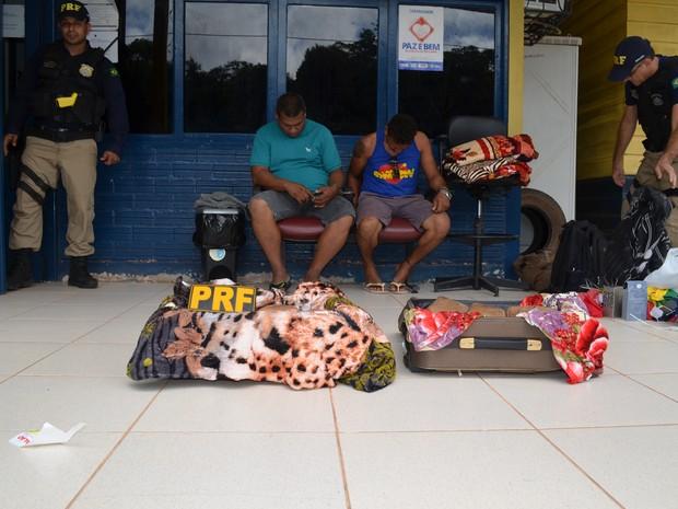 Dupla escondeu droga em malas (Foto: Ana Carolina Maia/G1)