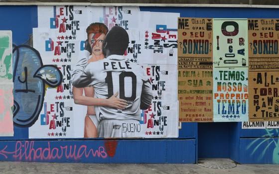 Obra de Luis Bueno traz o jogador brasileiro Pelé dando um beijo no cantor e compositor David Bowie (Foto: Luis Bueno/Divulgação)