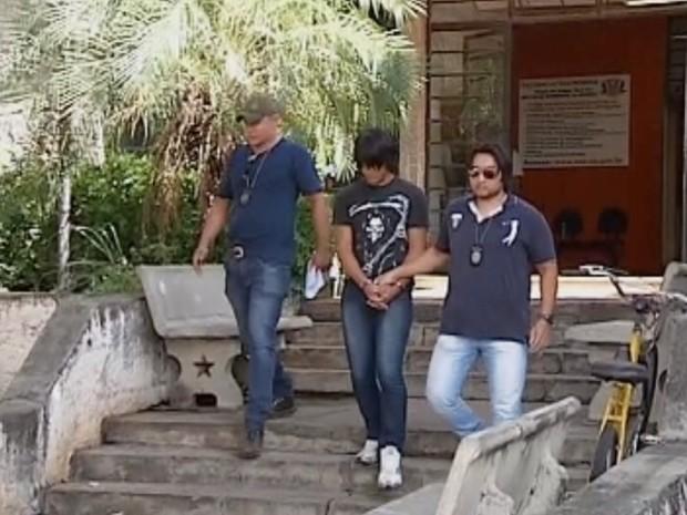 Suspeito foi levado para a cadeia de Penápolis (Foto: Reprodução/ TV TEM)