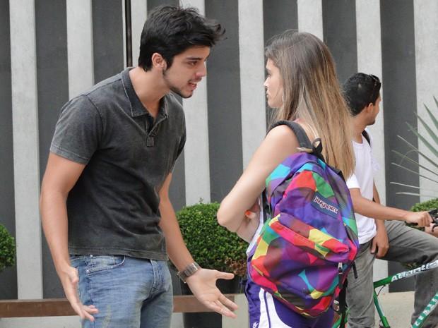 Revoltado, Bruno chega em Fatinha e abre o verbo contra a gata (Foto: Malhação / TV Globo)