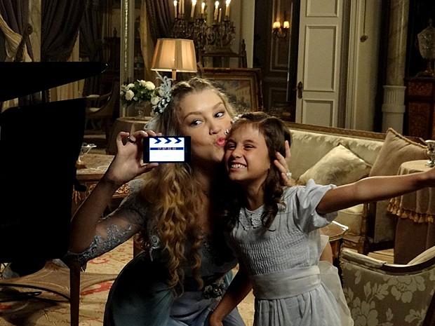Eliz faz pose para a câmera junto com a atriz Rhaísa Batista (Foto: Lado a Lado / TV Globo)